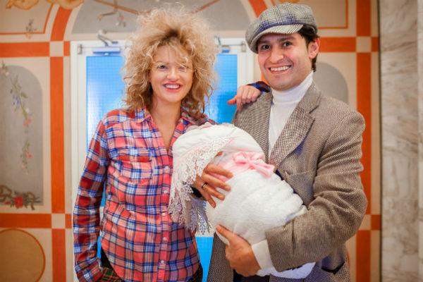 Счастливый отец встречает жену и дочку из роддома