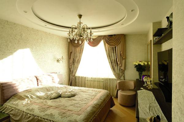 Спальня оформлена в спокойных пастельных тонах