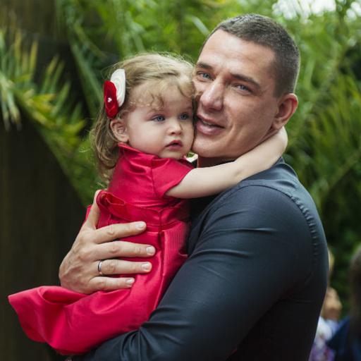Первый выход в свет с Теоной. Папа нежно обнимает малышку