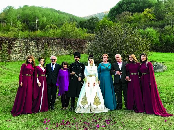 Молодожены с родителями и сестрами – подружками невесты