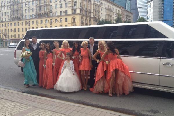 Подружки невесты с гостями торжества