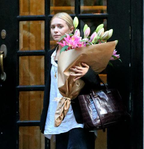 Эшли Олсен с букетом цветов в Нью-Йорке