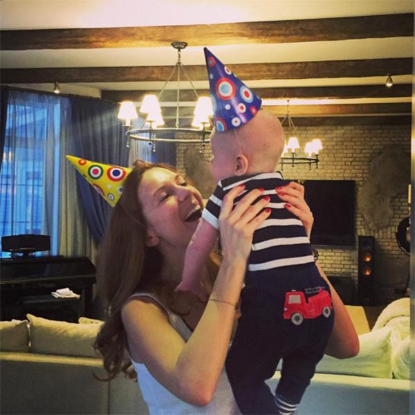 «Сегодня маминому и папиному счастью полгода!», - подписала Наталья Подольская фото с Артемием