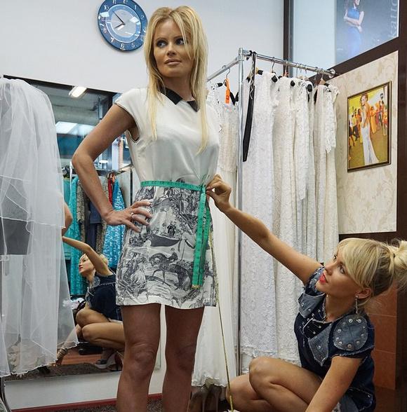 Дана Борисова выбирает свадебное платье