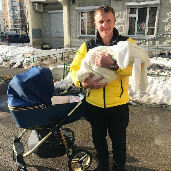 Илья Яббаров редко навещает сына