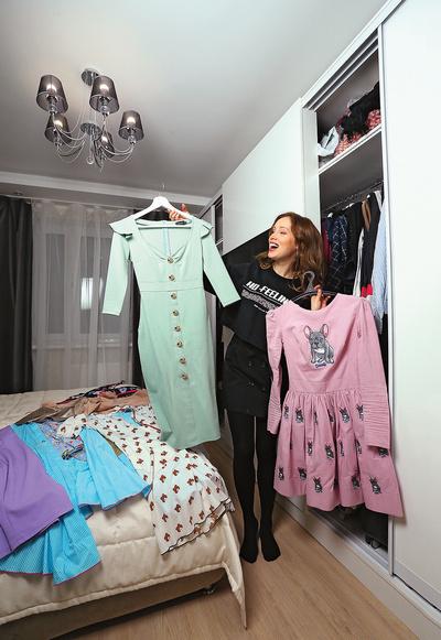 В шкафу во всю стену поместились многочисленные платья актрисы