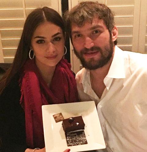 Анастасия Шубская и Александр Овечкин с куском торта именинницы