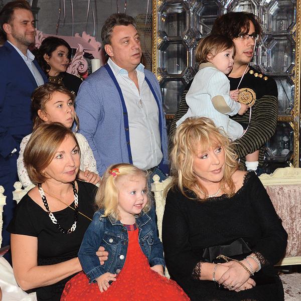 Семейный праздник. На фото – Алла Пугачева и Максим с детьми, Дмитрий Галкин с женой Натальей и дочерью Алиной