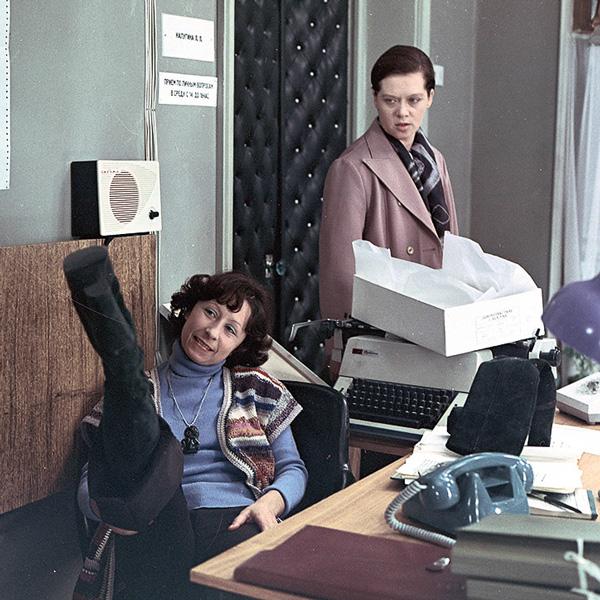 В 1977 году зрители влюбились в Ахеджакову после выхода на экраны «Служебного романа»