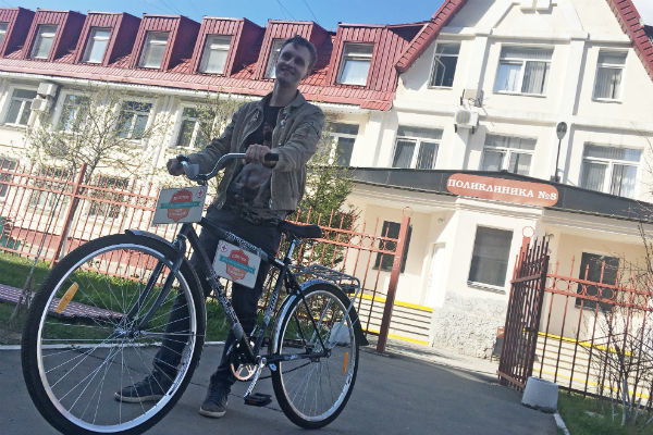 Медик передвигается на велосипеде