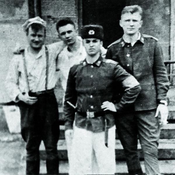В армии повар был душой компании (крайний слева)