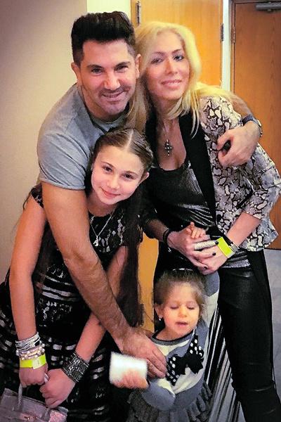 У супругов подрастают две дочери: 11-летняя Эмануэлла и 3-летняя Аве-Мария