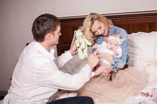 Элина Камирен и Александр Задойнов с дочерью Александрой