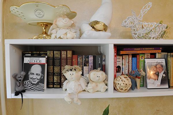 Андрей хранит книги об отце, актере Евгении Леонове