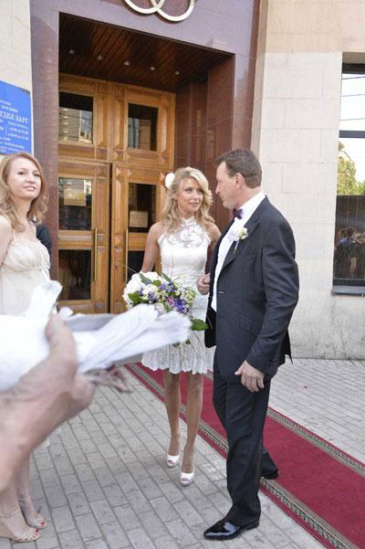 После регистрации пара принимала цветы и поздравления
