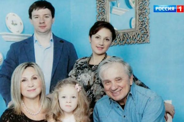 Евгений Стеблов с жной Любовью, ее детьми и внучкой