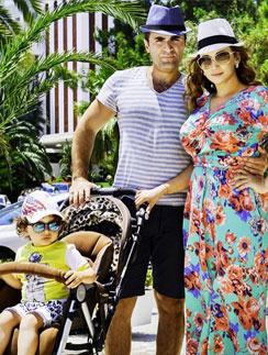 Анифса с мужем и сыном в Турции