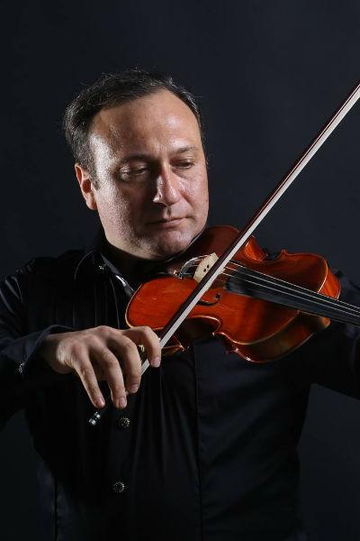 Армен профессионально играет на скрипке