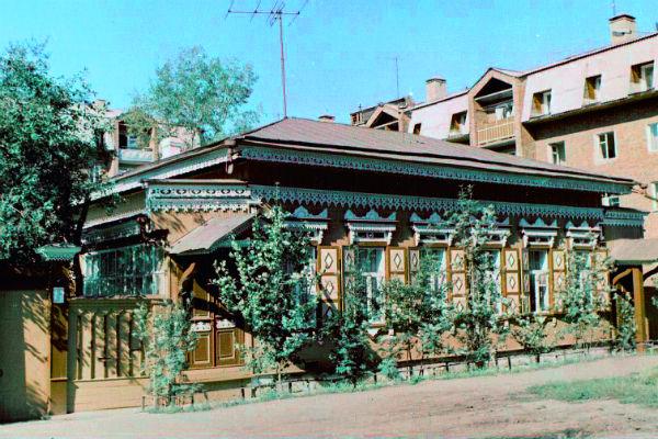 В этот дом на улице Усачева за снадобьем приезжала Пугачева
