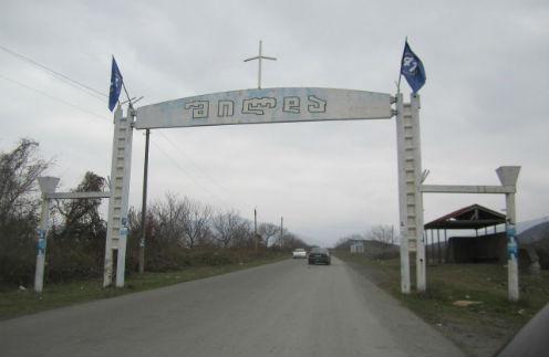 Ворота на въезде в грузинское селение Шильды, где живут бабушка и дедушка Гурама
