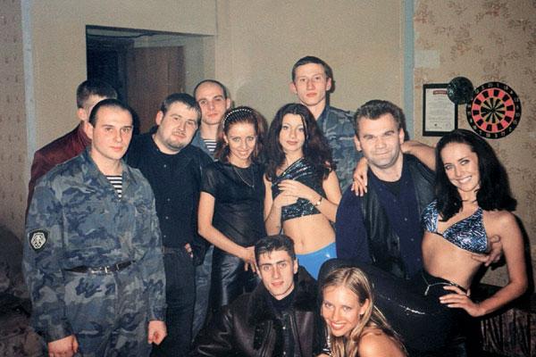 Впервые Андрей поднял Жанну на руки в 1997 году (на фото справа)