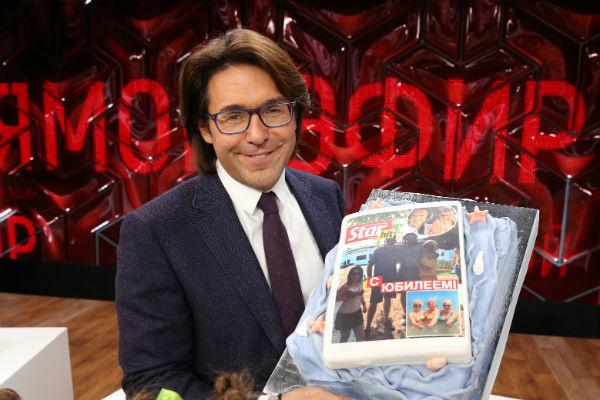 На эфире меня и всех гостей порадовали юбилейным тортом «СтарХит»