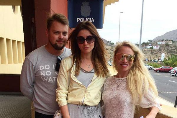 Анастасия Макеева с друзьями вышла из полиции