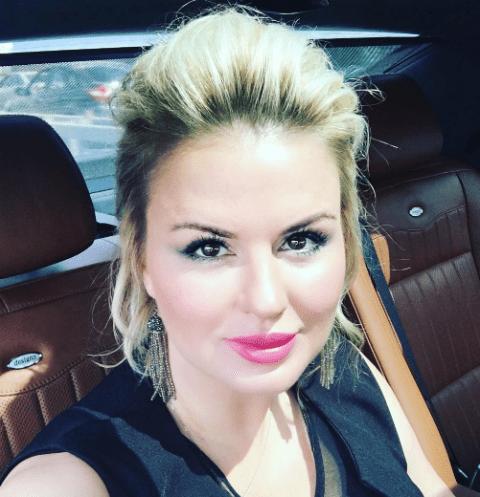 Анна Семенович считает, что женщина не должна полностью жертвовать своим временем ради мужчины