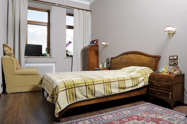 Спальня хозяйки выполнена в классическом стиле. «Кресло и остальная мебель прилагались к квартире, – говорит Влад. – Есть еще и диван, но он займет слишком много места. Я хочу его продать»