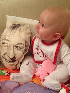 Маленький Александр Плющенко со своей необычной игрушкой