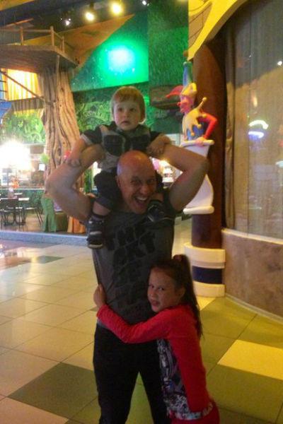 Певец души не чает в детях - 7-летней дочери Владе и годовалом Бориславе