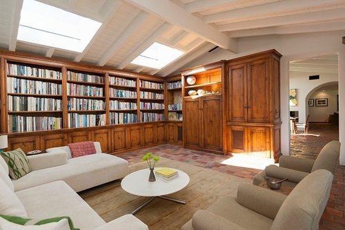 От прежних хозяев в доме осталось большое количество книг