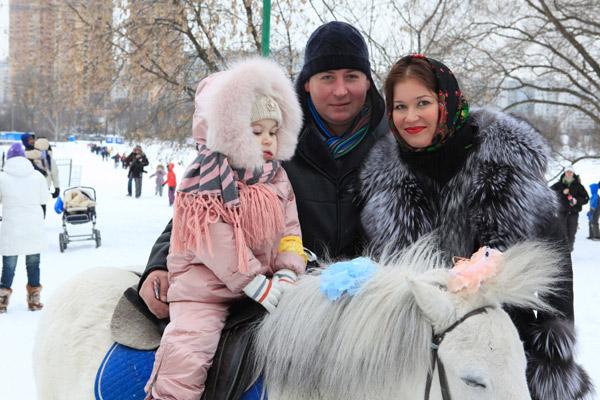 С экс-женой Кристиной Бабушкиной Станислав сохранил дружеские отношения. Они вместе воспитывают семилетнюю дочь Устинью