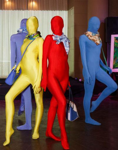 Модели специально были одеты в однотонные костюмы, чтобы гости рассмотрели платки и сумки
