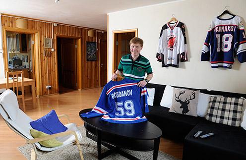 Антон и его сын Демьян – фанаты хоккея. Поэтому на стенах висят свитера игроков