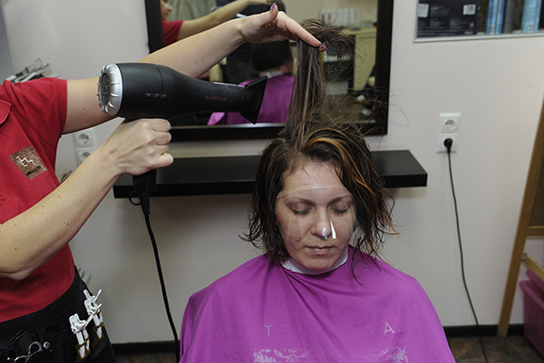 Тане не стоит бояться горячих укладок - у ее волос отличный резерв здоровья