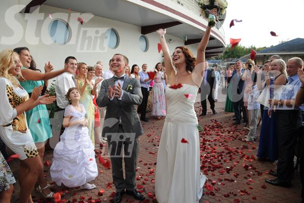 Гости в ресторане «Автора» встретили молодых аплодисментами и осыпали лепестками роз