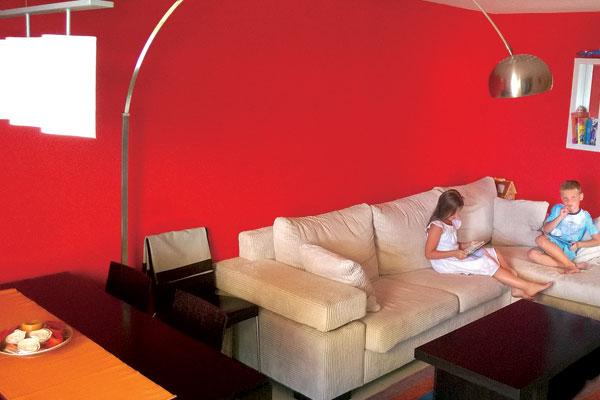гостиной Малафеевы собираются менять мебель. На фото – старшие дети Ксюша и Макс