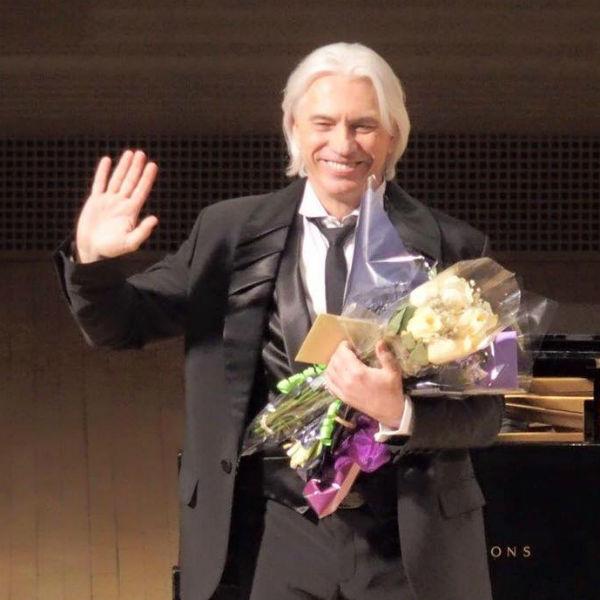 Оперный певец старается радовать поклонников своими выступлениями