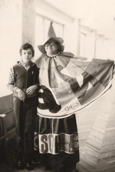 Будущий артист с детства интересовался сценой и театром. На фото – с учительницей, 1979 год