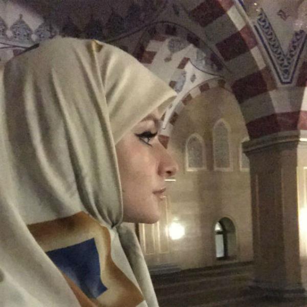 Лизу Пескову трудно узнать в мусульманском наряде