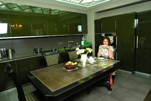 На кухне телеведущая проводит свободные вечера