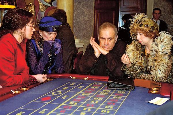 Актриса с Эльдаром Рязановым на съемках комедии «Старые клячи», 1999 год