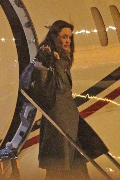 Анджелина вышла из самолета в крайне подавленном состоянии