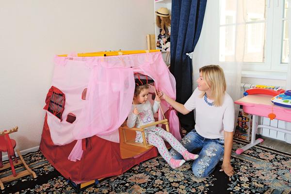 Домик с качелями – любимая игрушка Даши в ее детской комнате