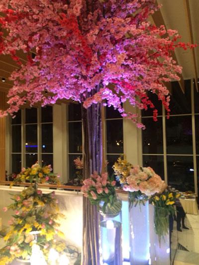 Зал украшали яркие цветочные композиции