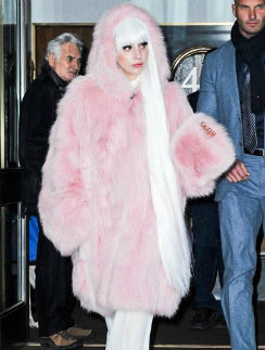 Леди Гага спешит на презентацию клипа