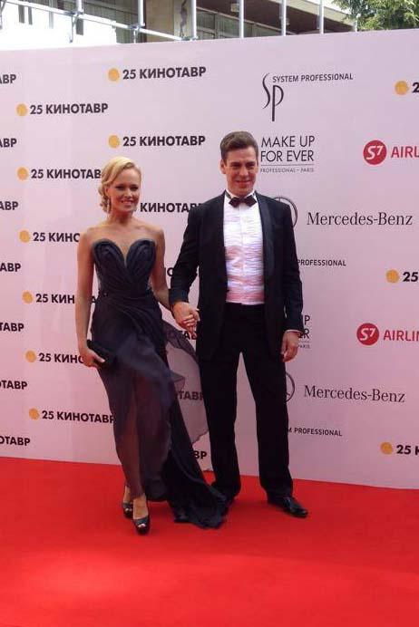 Супруга Дмитрия Дюжева из-за ветра запуталась в платье