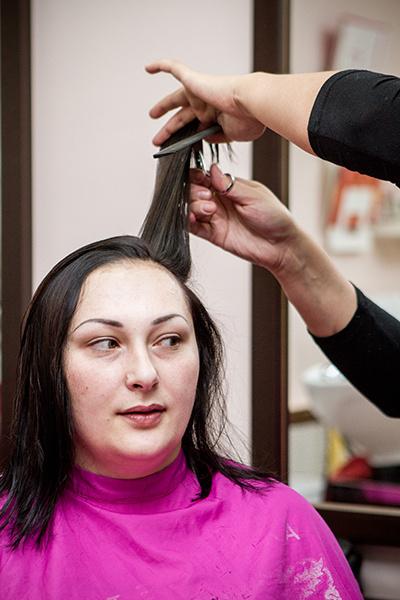 Софья не знала, что ей предстоит расстаться с длинными волосами, и заметно нервничать