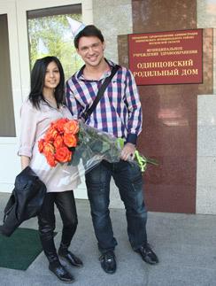 Алексей и Розалия Кабановы встречают Алиану Гобозову у роддома